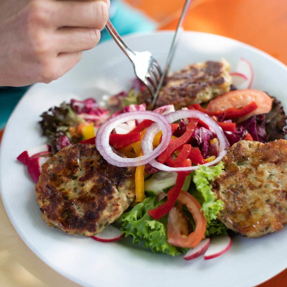 Kaspressknödel auf Salat